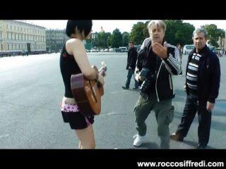 Rocco Folla Goth Puta En Una Correa