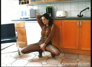 Chick Posando En La Cocina