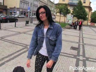 Publicagent Laura Es Follada Rebaño En Público