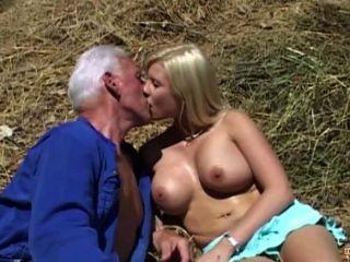 Barbudo Oldman Cums En Una Boca Joven