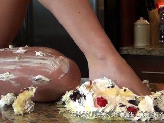 Niña Embarazada Aplastar La Torta En Todo El Cuerpo