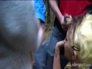Chica Rubia Vs Un Grupo De Chicos Al Aire Libre En El Bosque