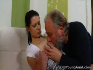 Irene Está Ansiando Tener Sexo Anal Con El Anciano
