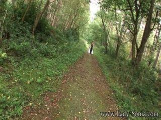 Abrigo De Pieles De Señora Sonia Y Botas De Muslo En El Bosque