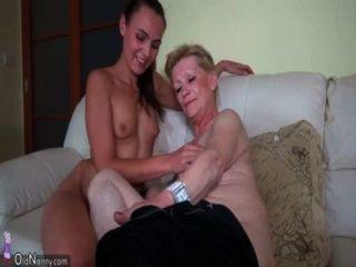 Mujer Joven Agradable Y Abuelita Vieja Masturbated