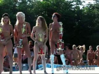 Niñas Nudistas En Desfile