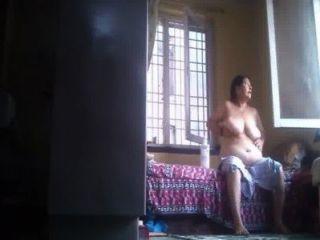 Desi Abuelita Frota La Loción Después Del Baño