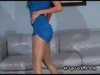 Morena En Vestido Azul Y Pantyhose De Seda Posando