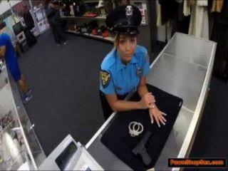Policía Peones Su Arma Y Es Follada