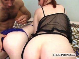 Dos Chicas Sexy Mostrando Sus Culos Obtener Follada Duramente Por Una Gallo Grande Gb 8 02