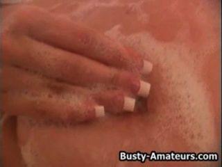 Busty Rubia Otoño Jugando Su Coño En La Tina De Baño
