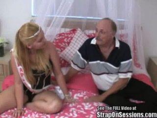 El Viejo Bobbie Del Hombre Consigue Pegged Por El Straponprincess