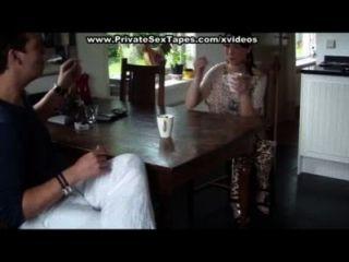 Los Amantes Aficionados Tienen Sexo En La Mesa
