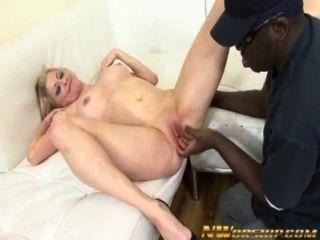 Rubia Milf Chupa Y Folla Una Polla Grande Negro En La Escena De Sexo Interracial