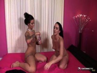 Dos Morenas Hermosas Lesbianas De Petróleo El Uno Al Otro