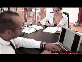 Trabajador De Oficina Hermosa No Puede Mantener Las Piernas Cerradas
