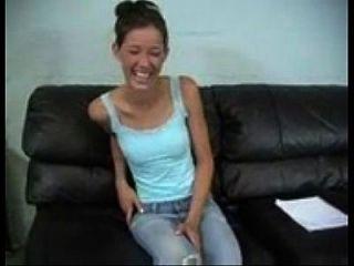Joven Morena Adolescente Se Divierte Masturbándose Y Dildoing Su Coño En El Sofá