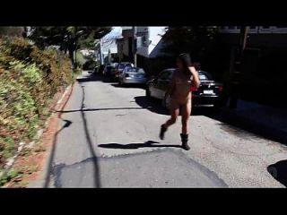 Desnuda En San Francisco: Celia Desnudez Pública Extendiendo Su Coño