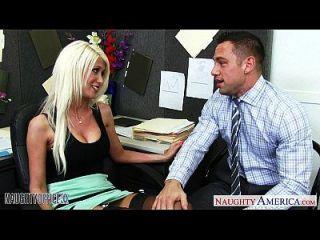 Puta Rubia Jenner Riendo Jodido En La Oficina
