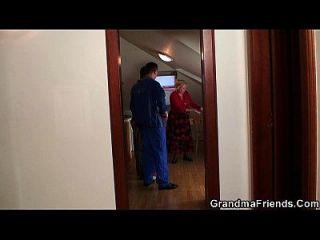 Vieja Abuelita Ofrece Su Coño Como Un Pago