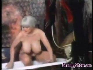 Busty Grandma En La Bañera Classic
