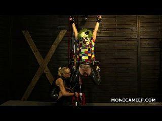 Kinky Noruego Monicamilf Está Pegging El Payaso Sucio Al Revés