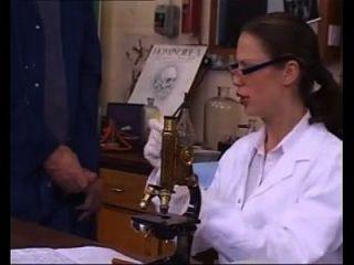 Chica De Laboratorio Sexy Utiliza Sus Habilidades Para Obtener Muestra De Esperma De Portero