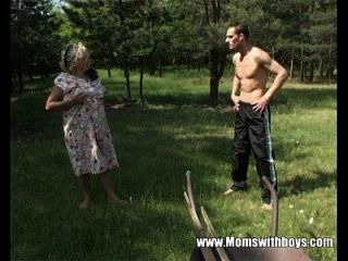 Abuelita Cachonda Folla A Un Joven En El Bosque