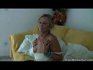 Big Boobed Granny Isabel Necesita Bajarse En Pantyhose