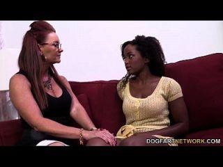 Janet Mason Consigue Sus Manos En Un Coño Negro