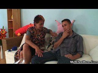Esposa Lo Coge Follando A Su Vieja Mamá