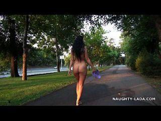 Caminar Desnuda Y Masturbarse En Un Parque