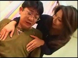 La Mamá Japonesa Enseña A Su Hijo Inglés