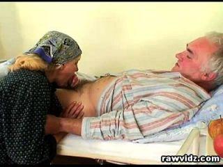 Naughty Hot Nurse Ayuda A Los Ancianos A Ponerse