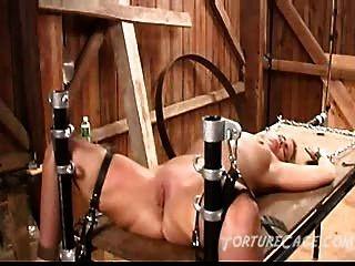 Coño Extremo Azotar En La Mesa De Tortura