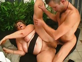 Chubby Granny Loves Más Joven Polla
