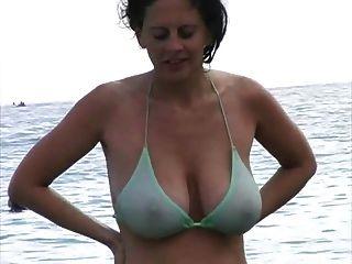 Milf Caliente En Bikini En La Playa