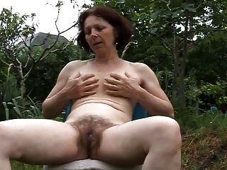 Masturbación Madura En El Jardín