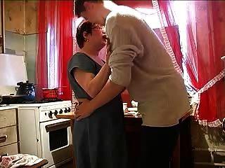 Mamá Y Niño En La Cocina