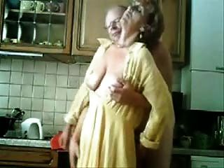 Mamá Y Papá Que Se Divierten En La Cocina.video Robado