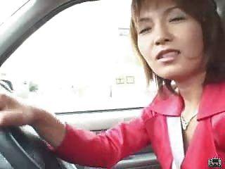 Milf Japonés Utiliza Un Vibrador De Control Remoto En Público Y Golpes