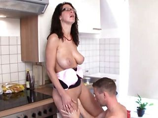 Mamá Caliente Follada En La Cocina