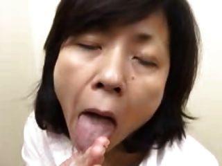 La Abuelita Japonesa Chupa Las Golondrinas Y Los Chorros (sin Censura)