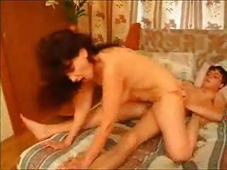 Morena Madura Mamá Montando Chico Joven Con Creampie Cumshot