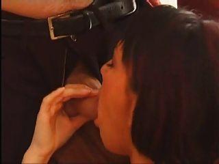 Sexy Morena De Pelo Corto Con Un Coño Peludo Se Follan
