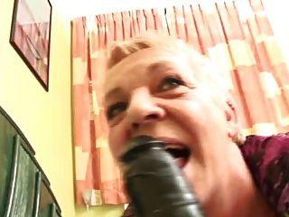 La Abuelita Rechoncha Ama Su Juguete Negro Grande