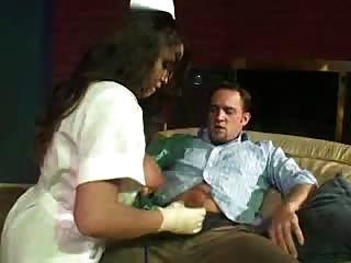 Muy Caliente Y Sexy Enfermera Con Tetas Muy Grandes Ayuda A Chico Hacia Fuera