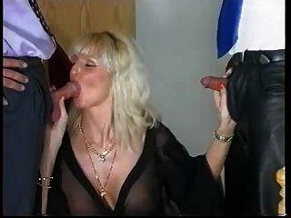 Sandra Foxx Madura Rubia Pechugona Con 2 Hombres (gr 2)