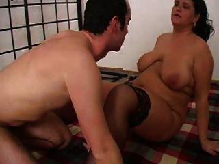 Mamá Sexy N103 Morena Bbw Madura Y Un Hombre Más Joven