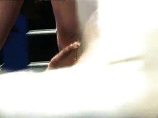 Un Hombre Lucha Con Dos Mujeres